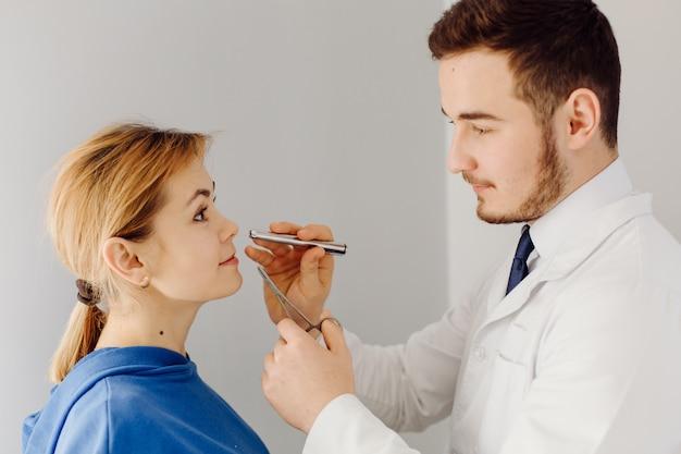 의사는 환자를 검사합니다. 의학 및 건강 관리 개념입니다.