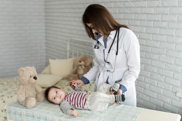 病院で赤ちゃんを診察する医師