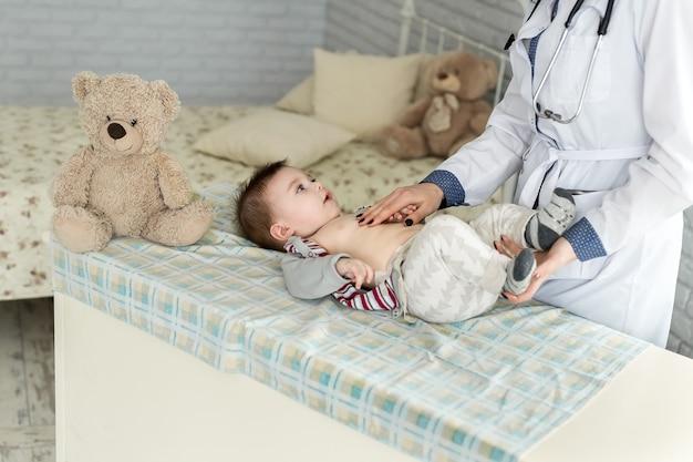 병원에서 아기를 진찰하는 의사
