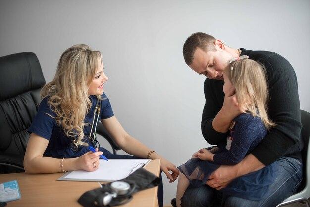 청진기로 어린 소녀 아이 아이를 검사하는 의사