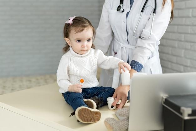 병원에서 어린 소녀를 진찰하는 의사
