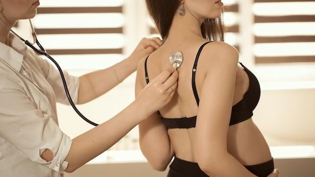 Врач, осматривающий беременную женщину