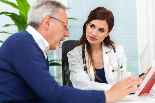 그녀의 환자와 방사선 촬영을 검사하는 의사