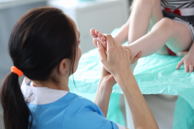 의사 클리닉 근접 촬영에 어린 소녀의 발을 검사