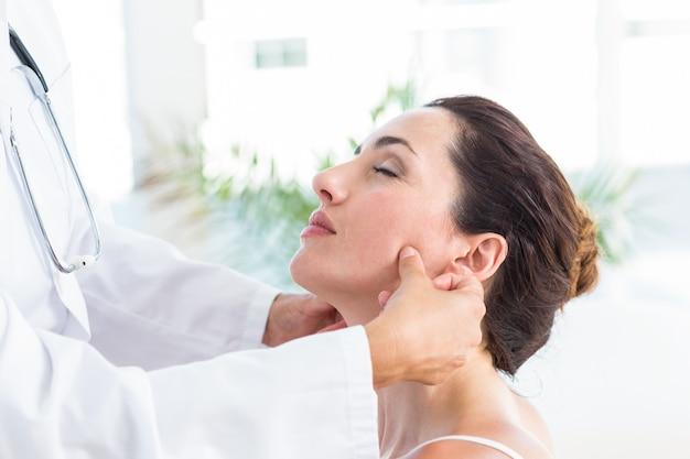 그녀의 환자 턱 검사 의사