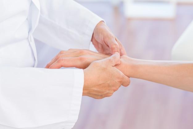 의사는 환자의 손목 검사