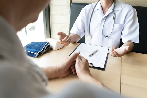 The doctor explained how to take care of the health of patients with high blood pressure.