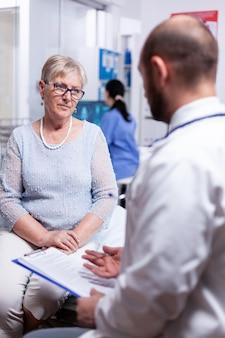 병실에서 은퇴한 할머니에게 진단을 설명하는 의사