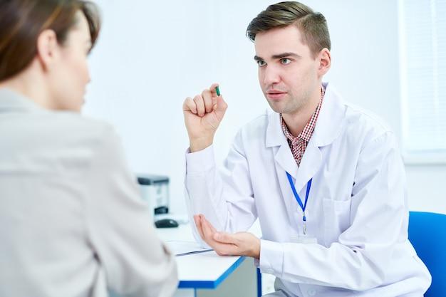 Доктор объясняя лекарства