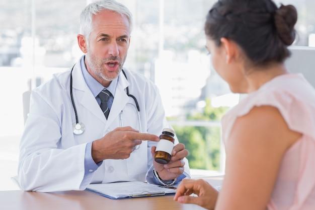 Доктор, объясняющий таблетки пациентам