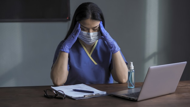 睡眠不足と過度の作業負荷が原因で、医師は頭痛とストレスを感じています。