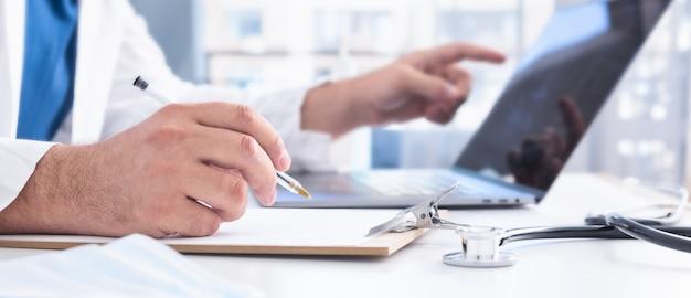 Врач дает удаленную медицинскую консультацию через интернет