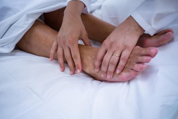医者は患者に足の治療を与える