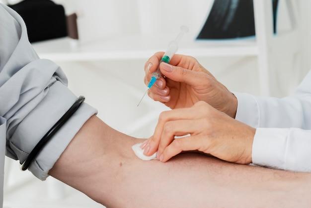 静脈注射を与える医師