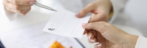 약 근접 촬영에 대 한 환자 종이 처방전을 주는 의사