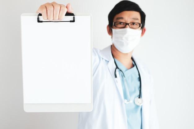 Доктор скользить и дать совет людям для коронавируса и борьбы с covid-19 на белом фоне с копией пространства.