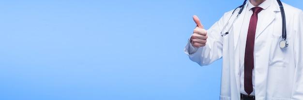 파란색 배경 위에 엄지손가락을 포기 하는 의사 손. 넓은 의료 배너입니다.