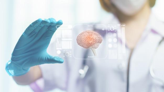 Доктор рука держать прозрачный планшетный дисплей, показывая мозг на экране