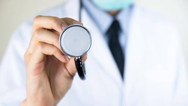 Доктор рука держа стетоскоп