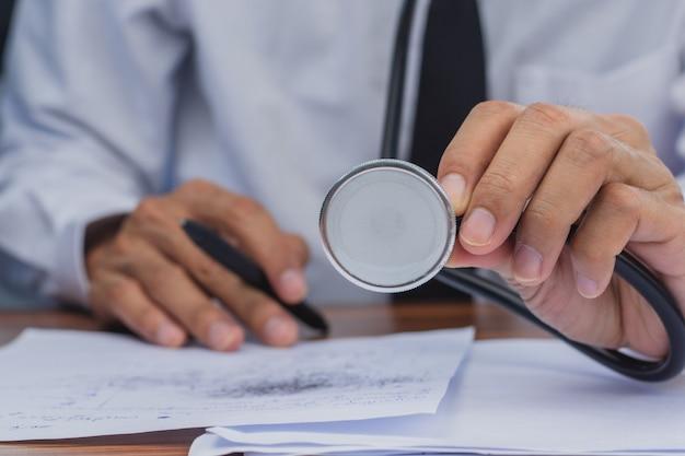 심장 질환의 심장 박동수를 확인하는 청진기를 사용하는 의사의 손