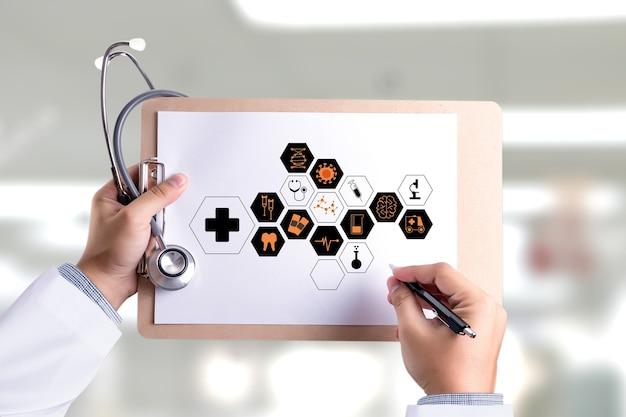医者の手は、現代のコンピュータのインターフェイスで作業