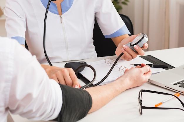 医師の手が患者の健康状態をチェック