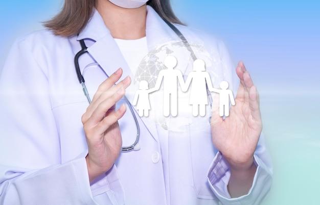 치료를 돌보는 손에 가족 아이콘을 들고 있는 의사 손