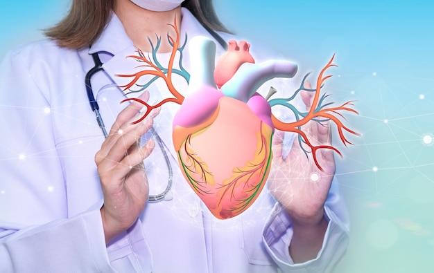 Доктор руки, держа сердце с заботой о лечении сердце хирургическая концепция