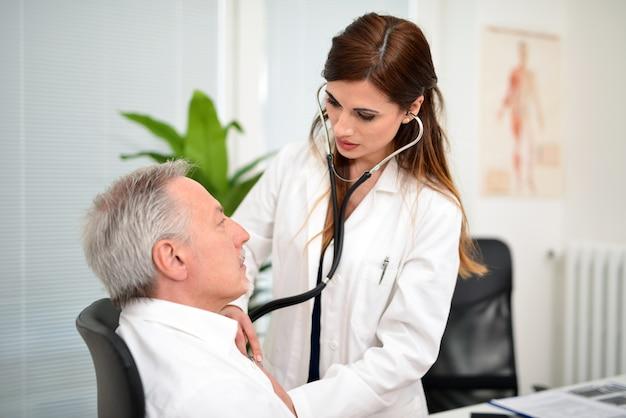 의사는 환자의 심장 박동을 듣고