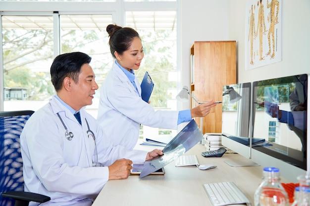 진단과 동료를 돕는 의사