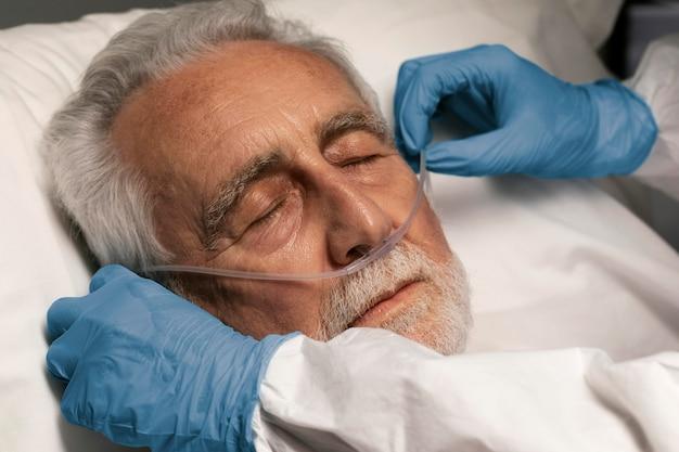 Dottore che aiuta un vecchio in ospedale