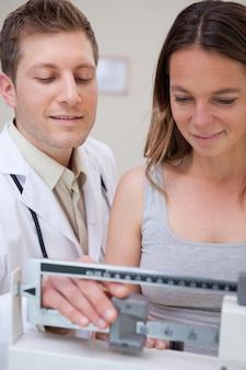 医者が患者をスケール調整するのを助ける