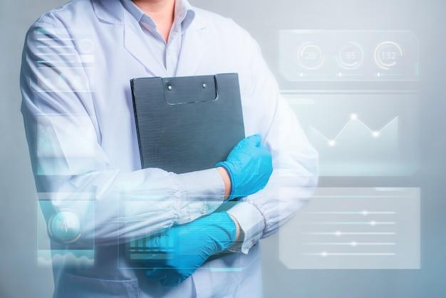 Доктор держит в руках документ с футуристическим интерфейсом hud. инновационная концепция в науке и медицине.