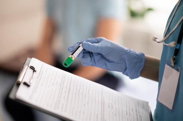 혈액 샘플을 들고 의사