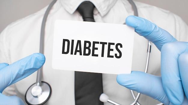 당뇨병 카드를 들고 의사