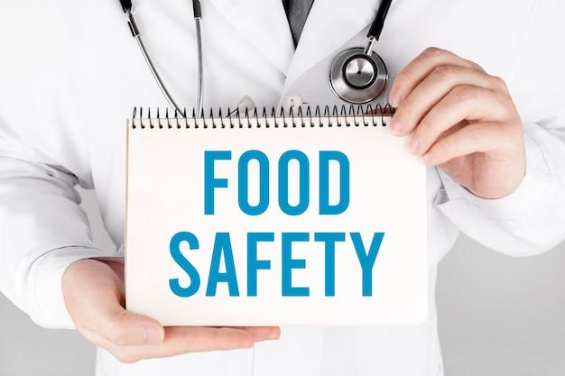 식품 안전, 의료 개념 카드를 들고 의사