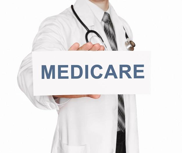 메디 케어, 의료 개념 카드를 들고 의사