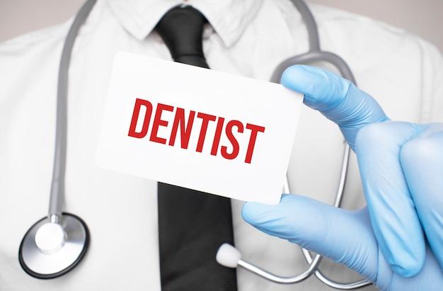 텍스트 치과 의사, 의료 개념 카드를 들고 의사