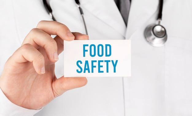 텍스트 식품 안전, 의료 개념 카드를 들고 의사
