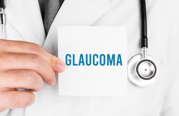 Доктор держит карточку с текстом глаукома, медицинская концепция