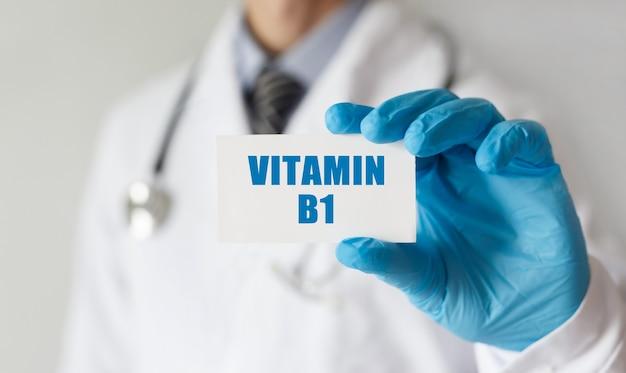 텍스트 비타민 b1, 의료 개념 카드를 들고 의사