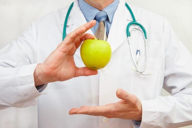 녹색 사과 들고 의사