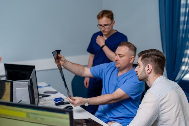진단 병원에서 뇌 mri 작업 흐름의 사진을 들고 있는 의사. 의료, 뢴트겐, 사람 및 의학 개념.
