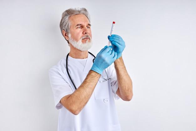 실험실에서 액체 용액의 테스트 튜브를 들고 의사