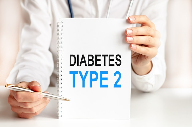 Доктор, держа в руках белую карточку и указывая на слово диабет 2 типа