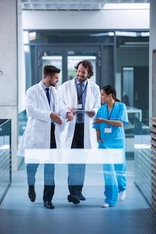 Доктор холдинг цифровой планшет, обсуждение с коллегами