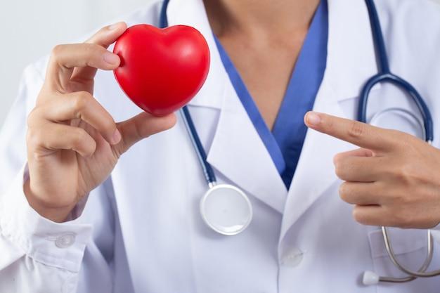 心臓の概念と心臓病の治療を保持している医師