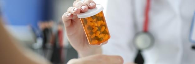 환자의 근접 촬영 앞에서 약의 항아리를 들고 의사