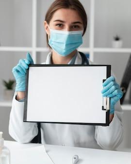 Доктор, держащий медицинский буфер обмена