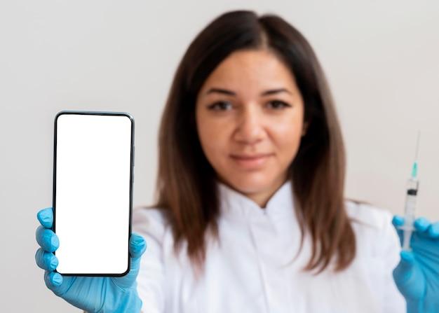 Доктор держит мобильный телефон